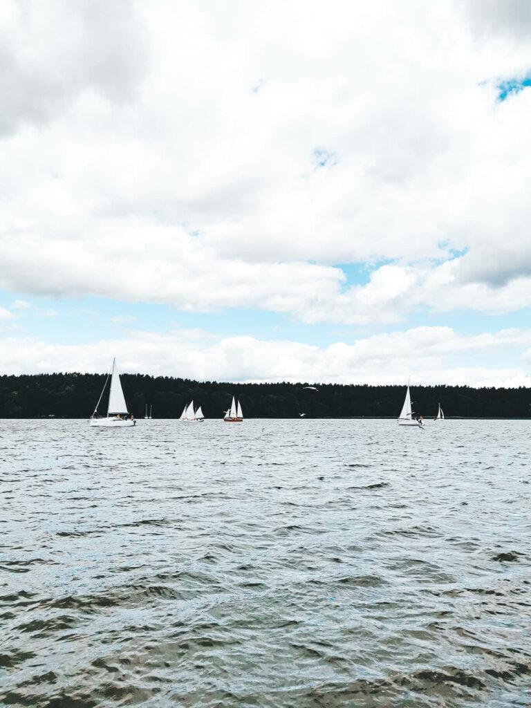 Żaglówki na jeziorze, Mazury